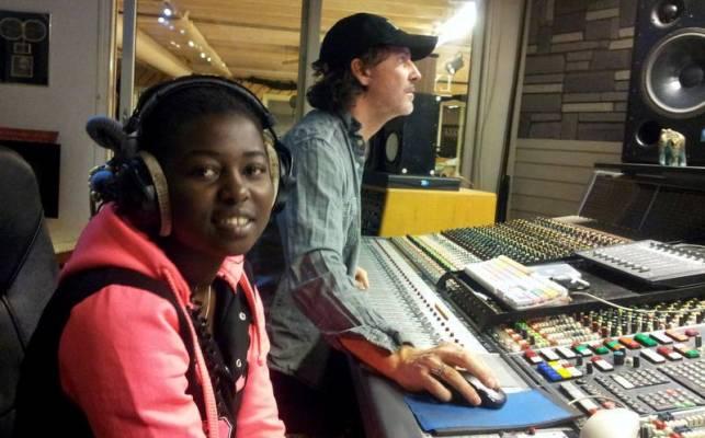La jeune chanteuse Divine au studio (www.akeza.net)