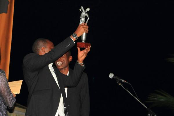 Aristide Muco brandit son trophée -FESTICAB 2013 (www.akeza.net)