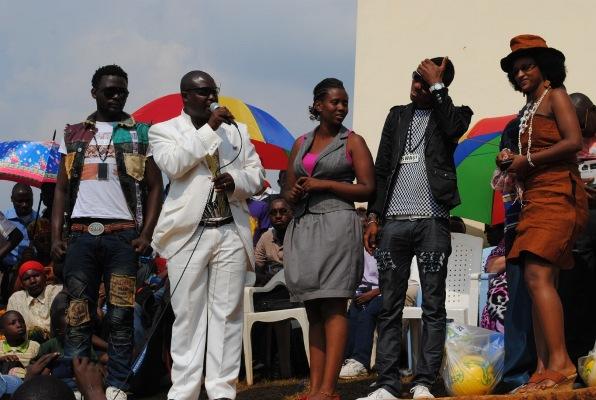 Femi de Jabat avec les artistes venus soutenir l'activité (www.akeza.net)