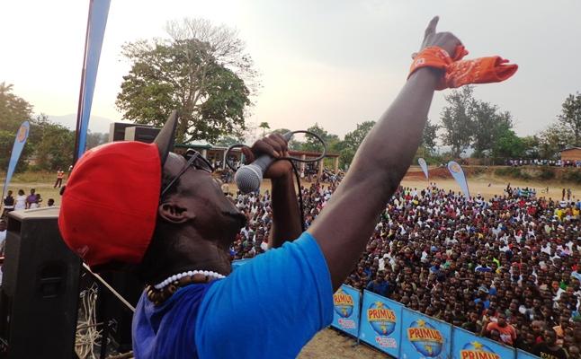 SAT B , sur scène lors d'un concert Primusic à Bubanza (www.akeza.net)