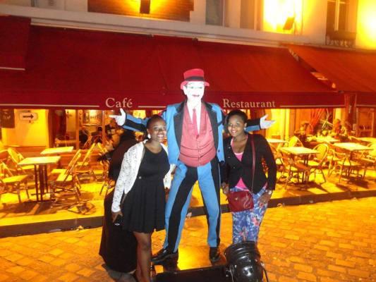 Cynthia et une amie à Montmartre , la ville des artistes (www.akeza.net)