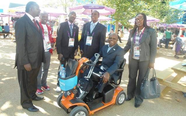 Sur le fauteuil roulant,Apollinaire Gahungu  le président du comité paralympique (www.akeza.net)