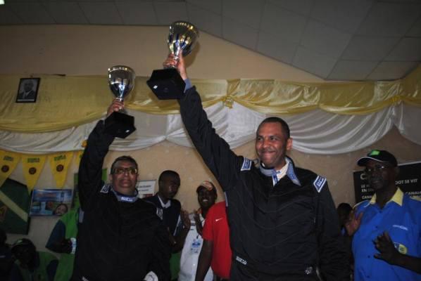 Bukera Vallery et son copilote Khetia soulevant leurs trophées. Photo © Floribert NISABWE (www.akeza.net)