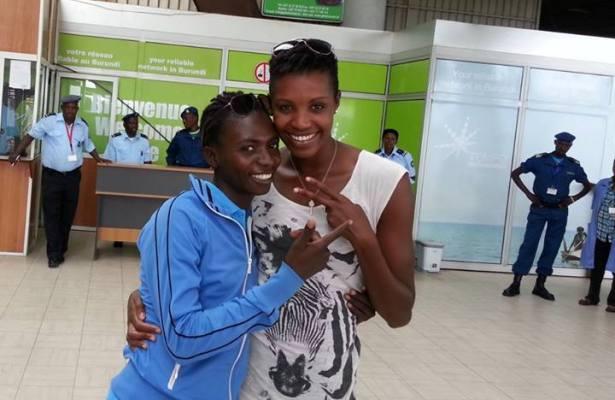 De gauche à droite, Francine Niyonsaba pose avec Diane Nukuri Johnson à son arrivée.(www.akeza.net)