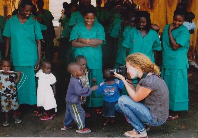 Rosalie colfs prenant en pleine action , lors d' une visite à Mpimba (www.akeza.net)