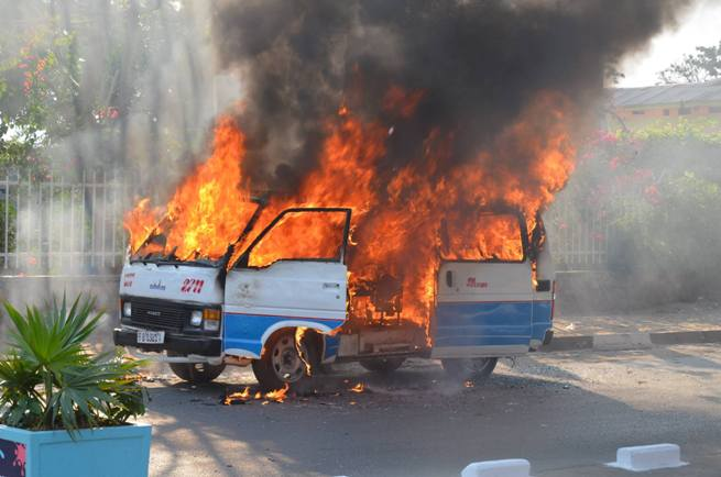 Le bus qui transportait les gens en flamme  ©Cblife