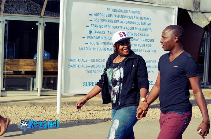 Alida et son ami chanteur  Happy Famba venu l' accueillir à l' Aéroport (www.akeza.net)