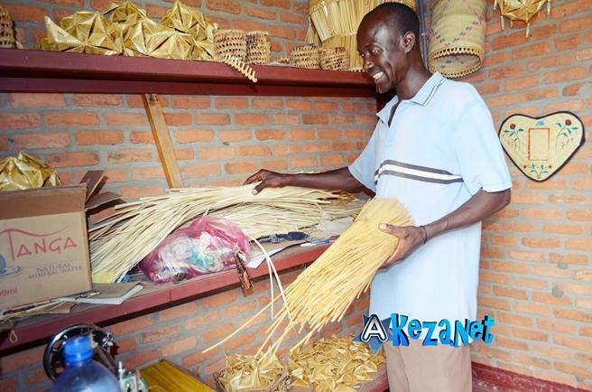 Egide Gahungu dans son stand(www.akeza.net)