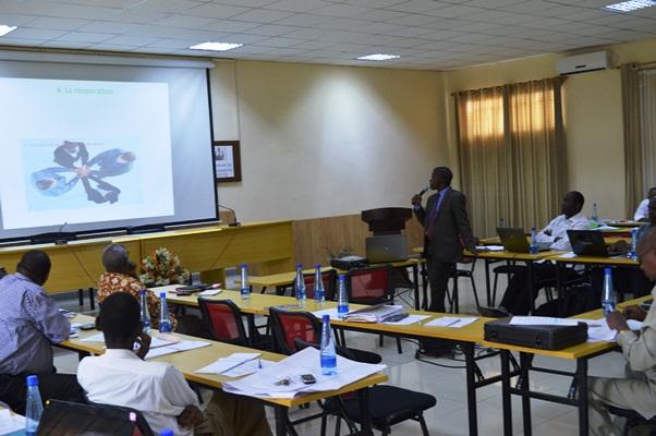 Les gens lors des séances de l' atelier(www.akeza.net)