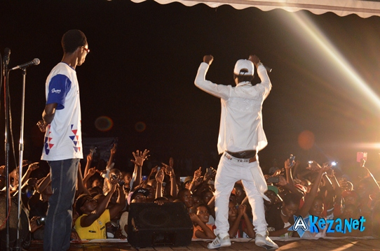 Sat-B en contact direct avec son public. Vue de derrière sur le podium.(www.akeza.net)