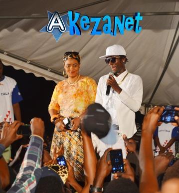 Sat-B présentant sa femme  Nelly au public. Il plaisantait en l'appelant Nyanzobe. (www.akeza.net)