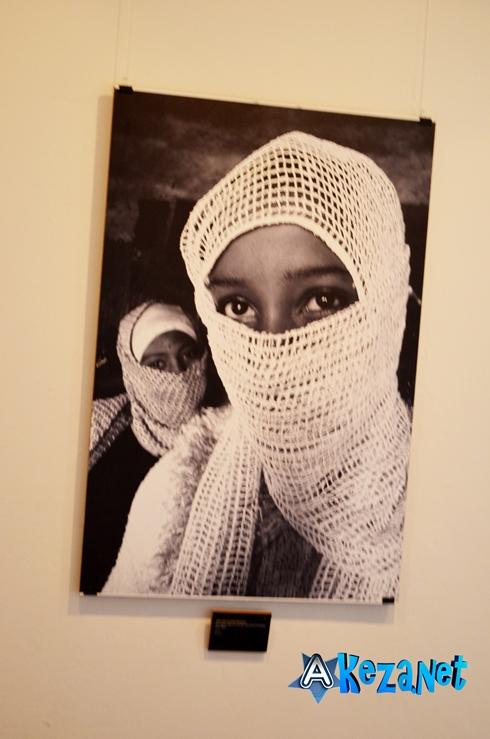 photo de  AIDA MULENEH  d'origine éthiopienne qui montre deux jeunes filles écolières voilées ce qui signale l'existence  de la religion musulmane en Ethiopie.(www.akeza.net)