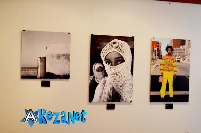 3 photos suspendues sur le mur dans la salle d' exposition à l'IFB Bujumbura(www.akeza.net)