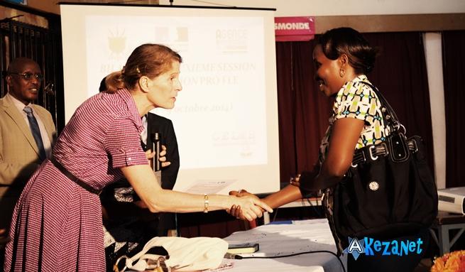 Une participante  recevant son certificat, lors de la cérémonie de remise. (www.akeza.net)