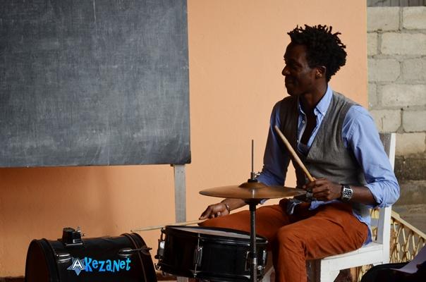 Claude CIZA animant un atelier sur la batterie © Akeza.net