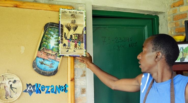 Egide Kubwimana  en train de vendre ses oeuvres.(www.akeza.net)