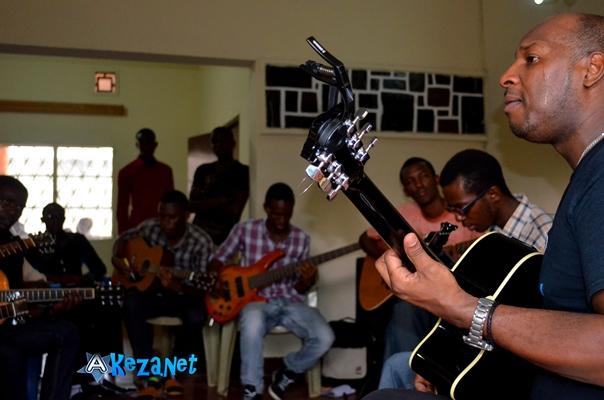 Harvey Marcera animant un atelier sur la guitare © Akeza.net