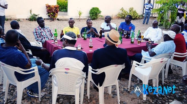 Les membres du club URUNANI autour d' un verre.(www.akeza.net)