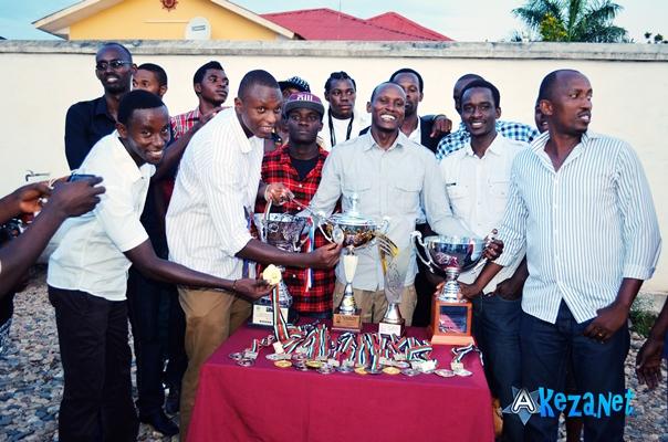 Les joueurs du club URUNANI posant fièrement en face des trophées remportés.(www.akeza.net)