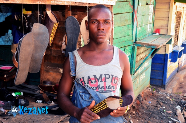 Le cordonnier posant devant  son atelier. (www.akeza.net)