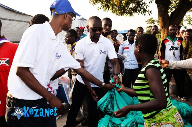 Le personnel de smart, en train de distribuer les vivres.©Akeza.net