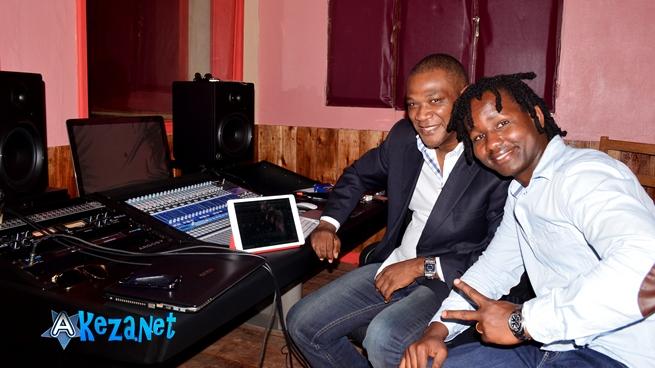 JIJI Seven enregistre l'album ''He knows me '' au Madiba Studio avec Bachir Dia ©Akeza.net