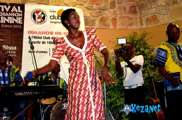 Emelance Emy chante Kira Mama©Akeza.net