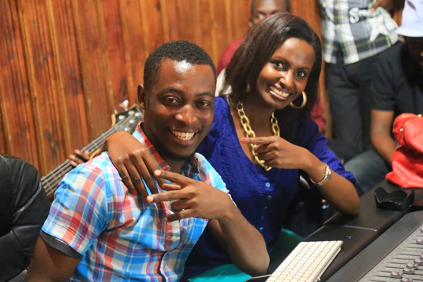 Marc Kimbamba avec la chnteuse Gaby du Rwanda (akeza.net)