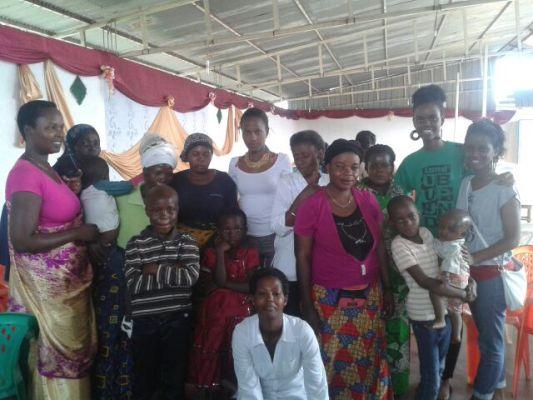 Une photo  prise  au terme de la rencontre. Quelques mamans et jeunes apparaissent(www.akeza.net)