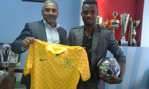 Fiston Abdul Razak pose avec son nouveau president.(www.akeza.net)