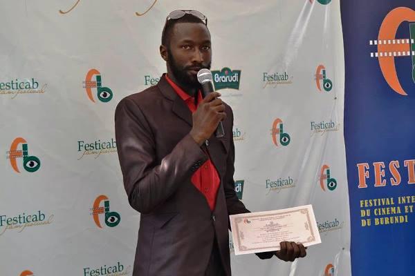 Arthur Baranshayeko, laureat du prix du meilleur acteur au FESTICAB 2015 ©FESTICAB