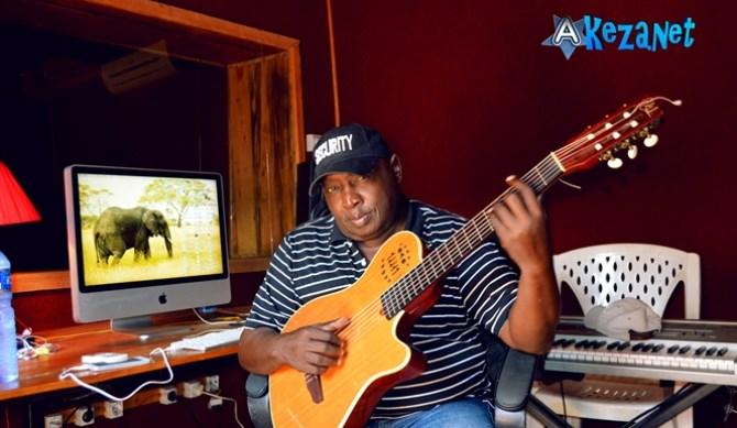 Le guitariste Buddy Magloire , dans son studio ©Akeza.net