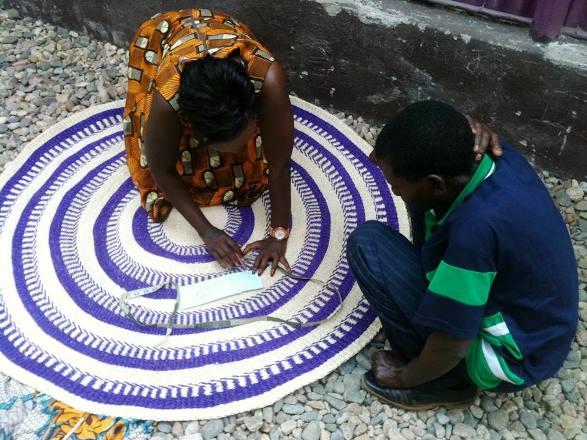 Ange Muyubira en plein travail avec un artisan ©DR