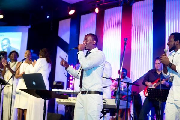 Fiston SEBA Bujambi sur scène au lancement de ''UGUSENGA'' ©FSB