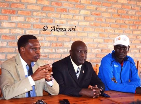 Le Ministre Jean Bosco Hitimana au milieu du Vice President de la FFB Moustapha Samugaba et le DG des Sports.© Akeza.net