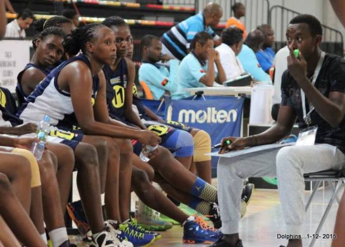 Le coach donne quelques instructions aux basketteuses de Berco/Luanda