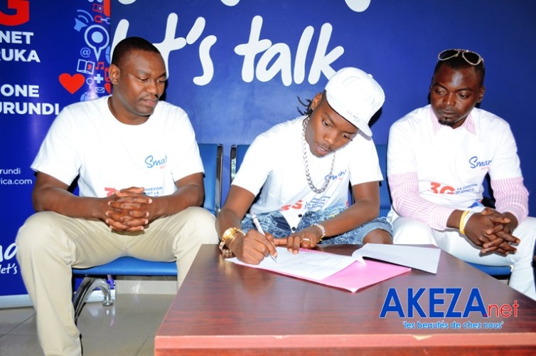 Black G , lors de la signature du contrat avec Smart Burundi©Akeza.net