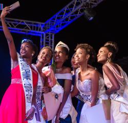 L'instant selfie : Miss Burundi 2017 et Miss Burundi 2016 ainsi que leurs dauphines