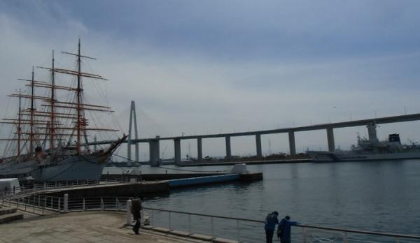 海王丸パークから新湊大橋を眺める