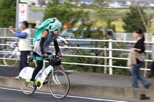 mystery-miku-cosplayer-in-bike-race-02