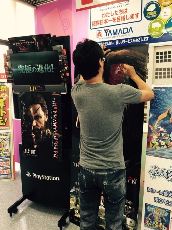 hideo-kojima-sneaks-out-signs-autographs-04