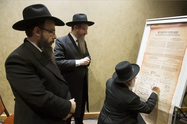 Binyomin Jacobs, Hollandia főrabbija (j) a kormányokat a zsidók jogainak megvédésére kérő nyilatkozatot ír alá