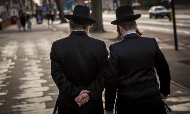 Zsidó férfiak sétálnak Londonban, Stamford Hillen