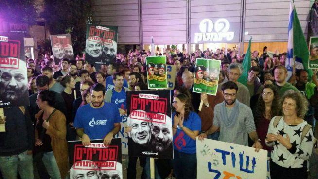 tüntetők