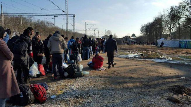 Orvosi ellátásért állnak sorban a menekültek