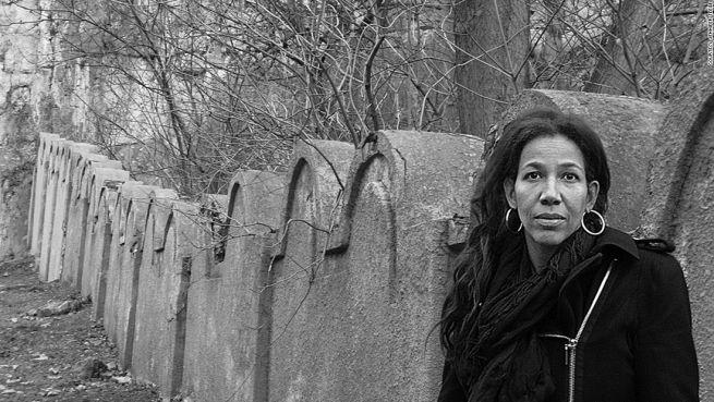 Jennifer Teege a plaszówi koncentrációs tábor maradványainál