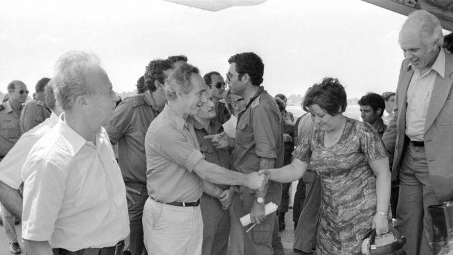 Peresz Jichák Rabinnal fogadja az Entebbe-ből hazatért izraelieket a túszmentő akció után