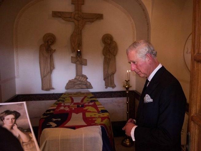 Károly herceg nagymamája sírjánál Jeruzsálemben
