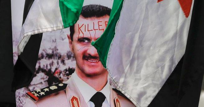 Bassar el-Aszad szíriai elnök fotója a bukaresti szíriai nagykövetség előtt tartott tüntetésen