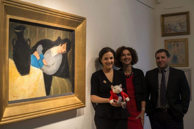 Kelen Anna, Virág Judit és Barki Gergely Berény Róbert Alvó nő fekete vázával című festményével (Fotó: MTI/Kallos Bea)